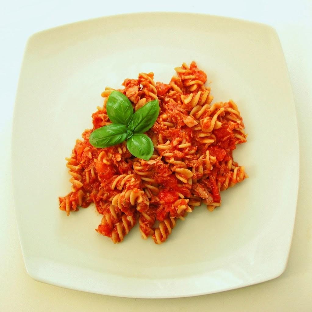 makaron-z-tu-C5-84czykiem-i-pomidorami