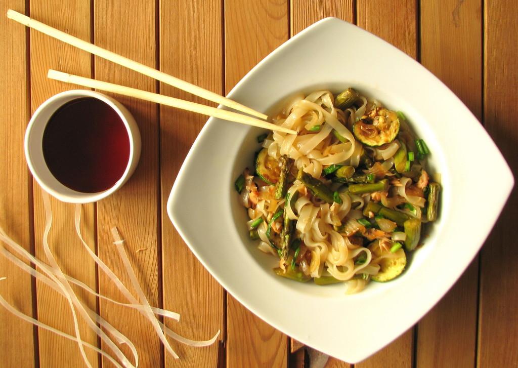 makaron ryżowy ze szparagami