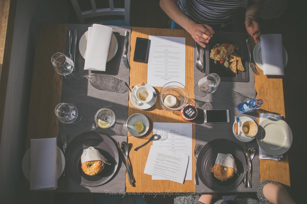 Widok stołu ze śniadaniem z góry