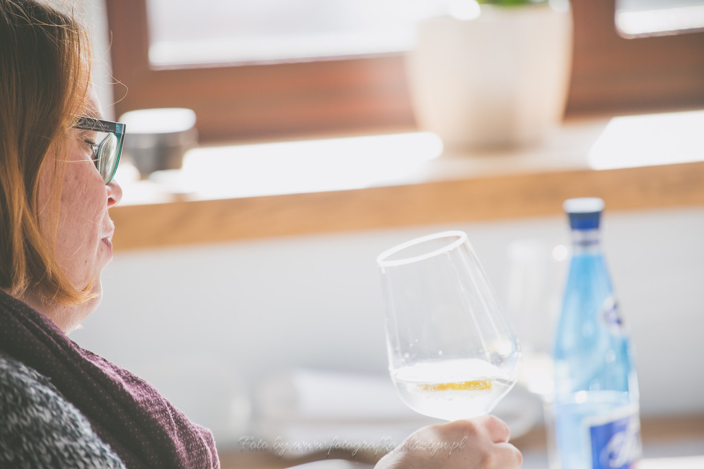 Autorka bloga pije wodę i słucha