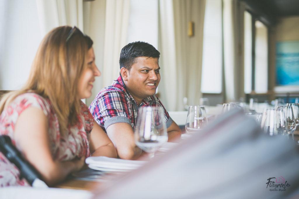 Goście siedzą przy stole