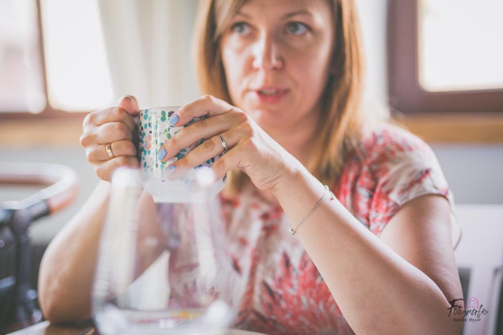 Ula pije herbatę
