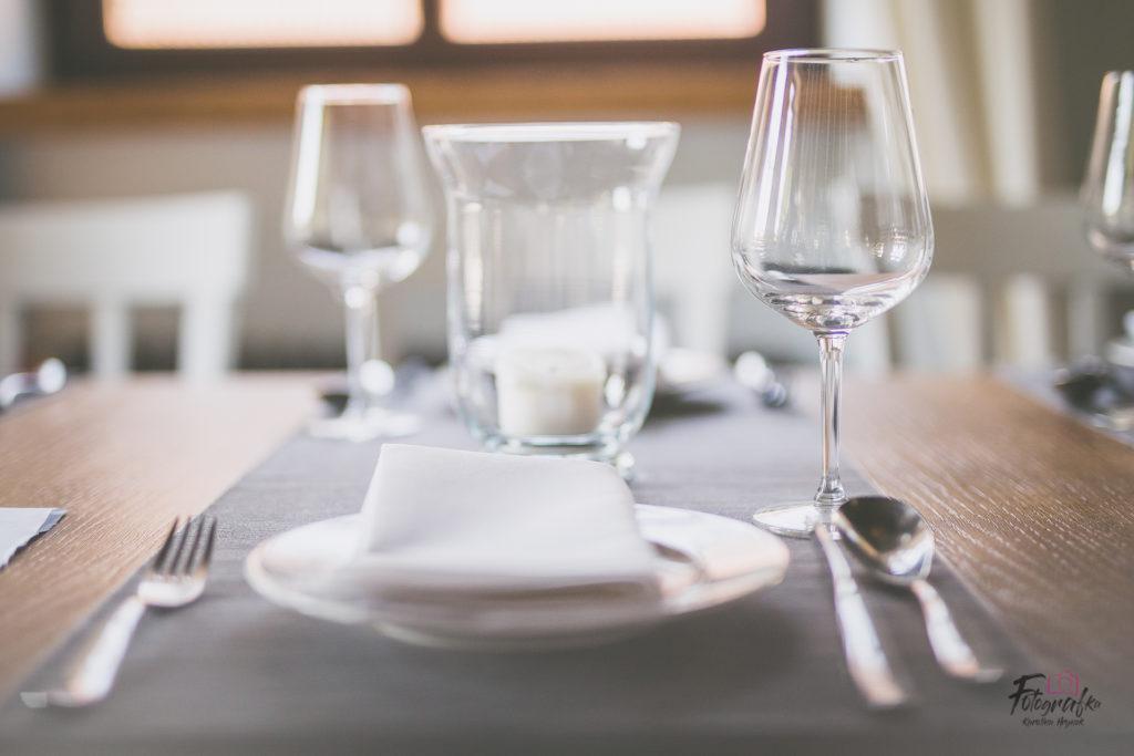 Kieliszki i talerz na stole