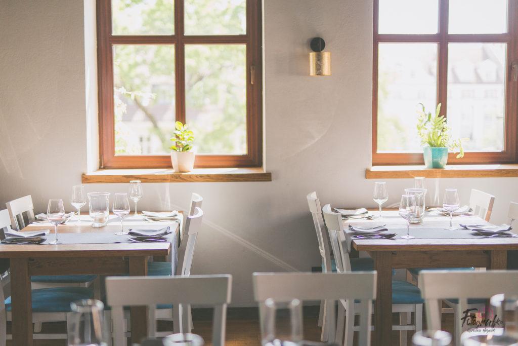 Widok na stoliki w Lago